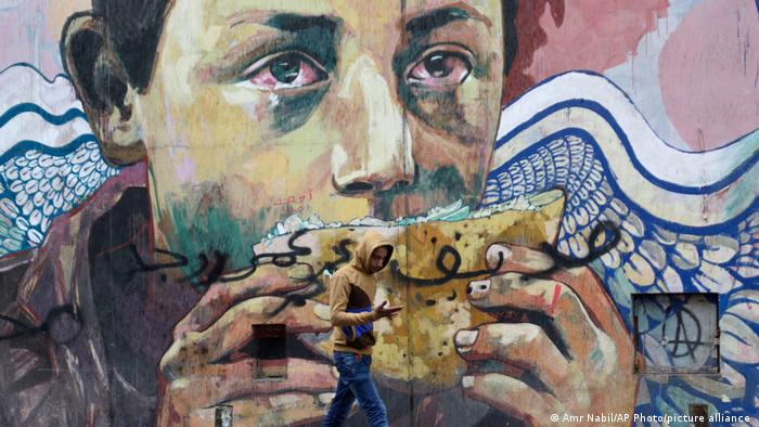 Kahire'nin ünlü Tahrir Meydanı çevresinde protestoları temsil eden grafitilerden