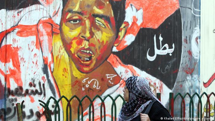 Sebuah mural jalanan yang menampilkan seorang anak laki-laki yang terluka