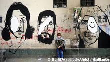 Eine Wand zeigt Graffitis mit Köpfen von Männern und Frauen, die eine weiße Augenklappe tragen, weil sie bei den Protesten durch die Wasserwerfer blind geworden sind.