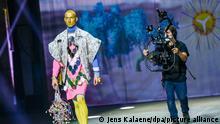 Ein Model mit einer Kreation des Designers Tom Van Der Borght wird im Rahmen der Mercedes-Benz Fashion Week im Kraftwerk von einem Kameramann am Catwalk gefilmt. Die Berliner Modewoche findet diesmal im Internet statt, die Schauen werden wegen der Pandemie online gezeigt. +++ dpa-Bildfunk +++