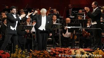 Plasido Domingo u Boljšoj teatru u Moskvi u oktobru 2020. (levo: tenor Jusif Ejvazov, desno: dirigent Tugan Sohijev)