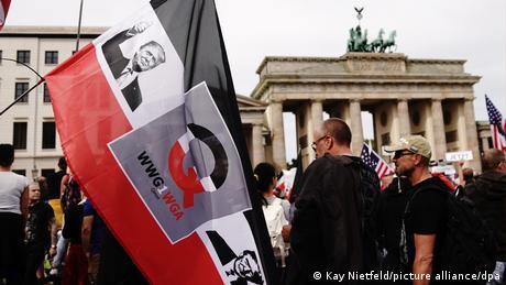 """Και τώρα χωρίς Τραμπ: H γερμανική """"ακτινογραφία"""" των QAnon"""