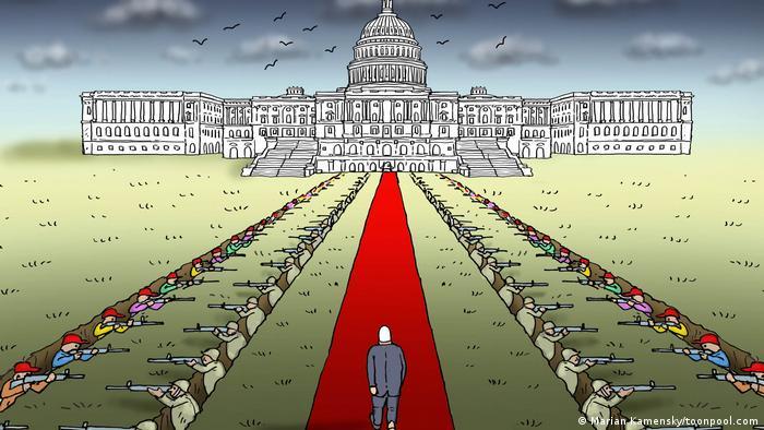 Karikatur: Joe Biden schreitet über den roten Teppich Richtung Kapitol, links und rechts des Teppichs liegen in Gräben bewaffnete Männer, die sich gegenseitig mit dem Gewehr anvisieren