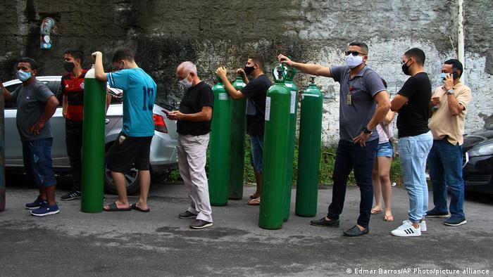 Em meados de janeiro, familiares de pacientes com covid-19 hospitalizados em Manaus fazem fila para encher cilindros de oxigênio vazios