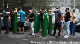 Fila para compra de oxigênio em Manaus no mês de janeiro
