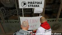 Während des Wahlkampfs vor den Parlamentswahlen am 20. und 21. Oktober 2017 unterschreiben : Anhänger der tschechischen Piraten in Tschechiens Hauptstadt Prag eine Petition ihrer Partei