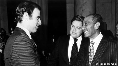 O senador americano Joe Biden e seu colega Frank Church se encontram com o presidente egípcio, Anwar as-Sadat, em 1979, logo após assinatura do histórico tratado de paz entre o Egito e Israel