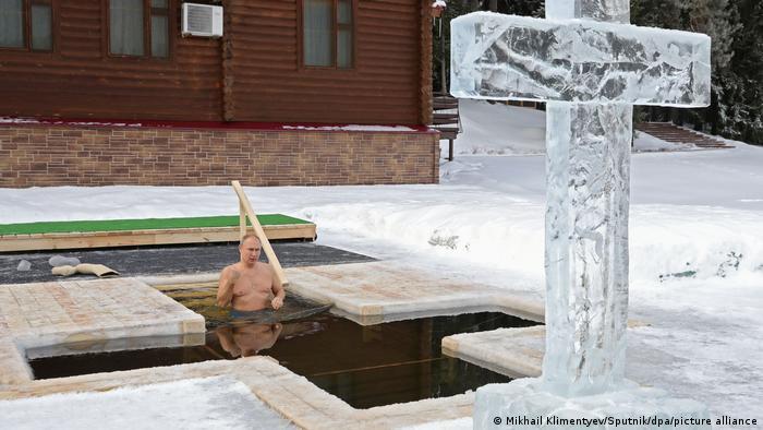 Russland Eisbaden am Dreikönigstag Moskau