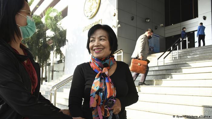 Anchan, fotografiada antes de entrar a la corte, habla con una acompañante.