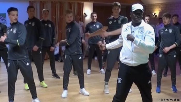 Тренер-мотиватор Келечи и юные футболисты национальной сборной Германии