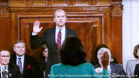 O presidente do Comitê Judiciário do Senado, Joe Biden (centro), presta juramento diante da advogada Anita Hill (de costas) na audiência de confirmação de Clarence Thomas para a Suprema Corte em 1991.