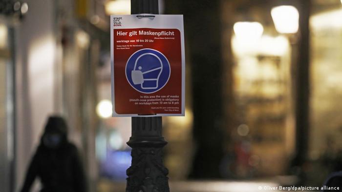 Плакат, на якому написано про обов'язок носити захисні маски