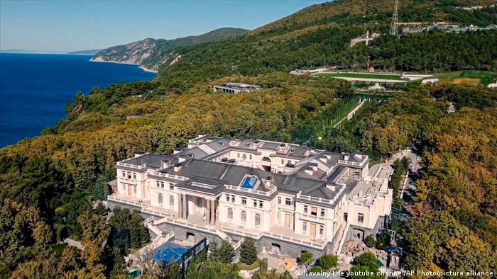 Според разследването на Алексей Навални разкошният дворцов комплекс край Черно море е построен специално за Владимир Путин. Авторите на разследването твърдят, че комплексът е разположен на площ 39 пъти по-голяма от Монако и че струва 1,1 милиарда евро, като парите са осигурени от руски държавни фирми. Самият Путин твърди, че дворецът не принадлежи на него или на негови роднини.