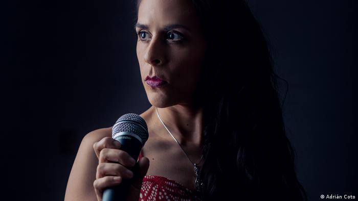 Amanda Quesada: cantante costarricense de balada pop.