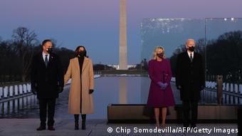Джо Байден и Камала Харрис во время церемонии поминовения жертв коронавируса в США