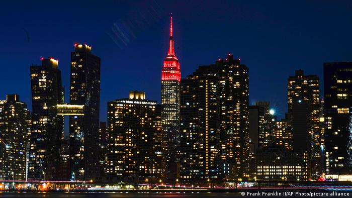 The top of the Empire State Building glows blood red to commemorate the victims of the corona pandemic.