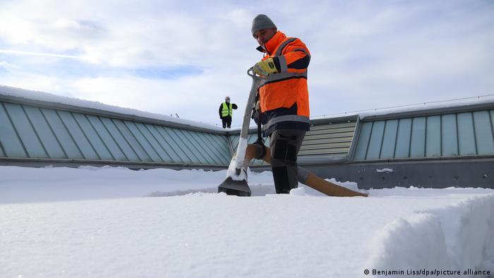 Уборка снега с крыши в Вольфертшвендене, Бавария