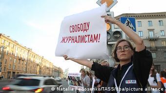 Участница протеста в Минске держит плакат Свободу журналистам