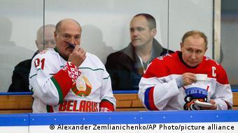Александр Лукашенко и Владимир Путин в хоккейной форме на скамейке запасных