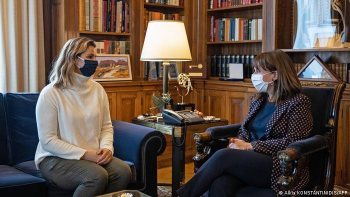 #Meetoo-Debatte Griechenland   Sportlerin Sofia Bekatorou und Präsidentin Katerina Sakellaropoulou