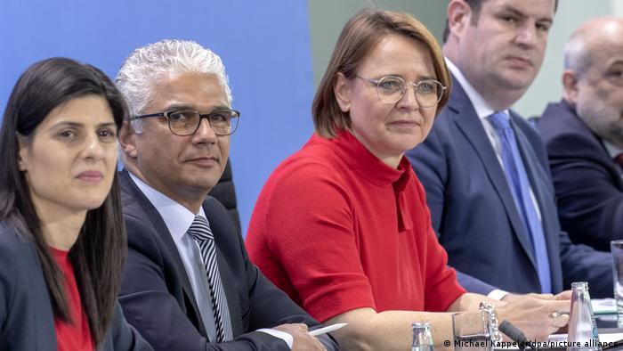 میرکل حکومت کے قائم کردہ چوبیس رکنی کمیشن کی سربراہ برلن سے دیریا چالار کو مقرر کیا گیا تھا