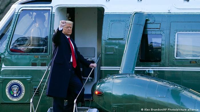 ترامب على باب المروحية الرئاسية مغادرا واشنطن.