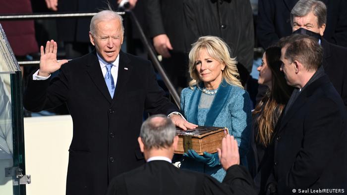 جو بایدن در هنگام ادای سوگند به عنوان چهل و ششمین رئیس جمهوری آمریکا.