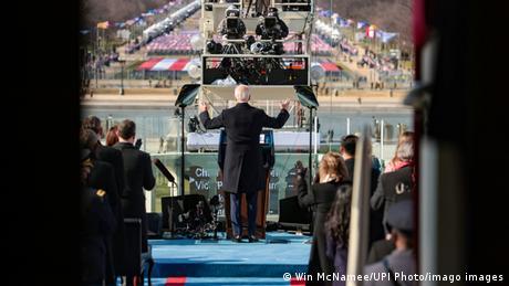 Joe Biden, de costas, toma posse como 46º presidente dos Estados Unidos, em 20 de janeiro de 2021