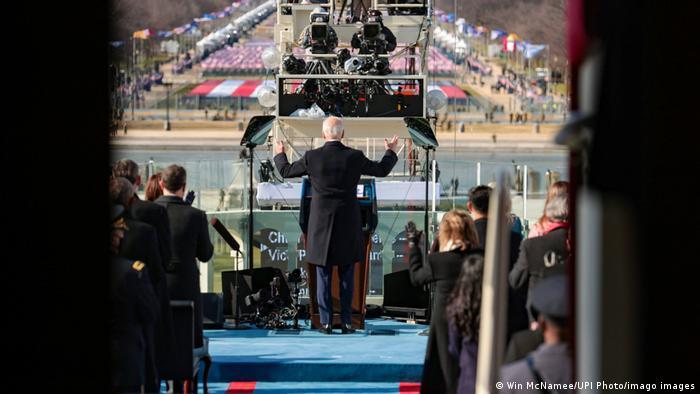 بایدن در نطقی که در مراسم تحلیف ایراد کرد، با تأکید بر لزوم برقراری اتحاد در ایالات متحده گفت، آمریکا متعلق به همه آمریکاییهاست. او همچنین تصریح کرد که باید با تروریسم، افراطگرایی و کرونا مبارزه کرد.