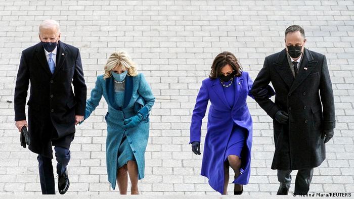 جو بایدن (چپ)، رئیس جمهوری جدید آمریکا و همسرش جیل و کامالا هریس، معاون بایدن به همراه شوهرش، داگ امهاف