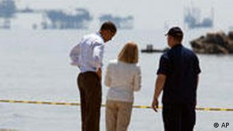 US-Präsident Obama (l.) am Freitag an einem gesperrten Strand von Louisiana (Foto: AP)