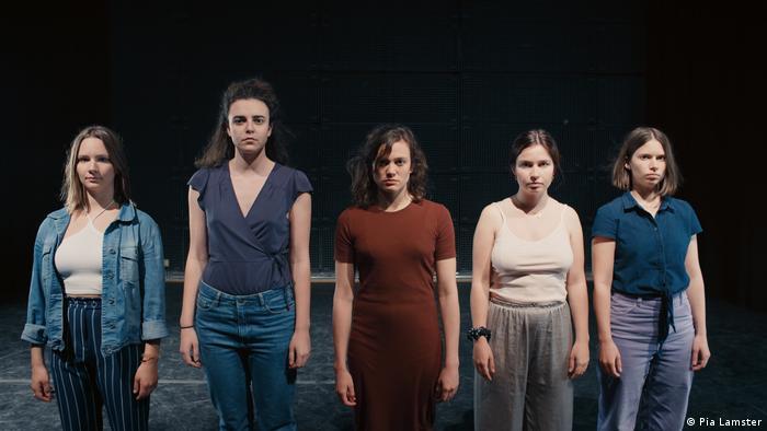 Filmstill aus The Case You: Fünf junge Frauen auf einer Bühne schauen in die Kamera