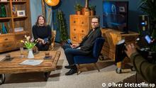 Svenja Böttger und Oliver Baumgarten sitzen im Studio beim Max Ophüls Preis 2021