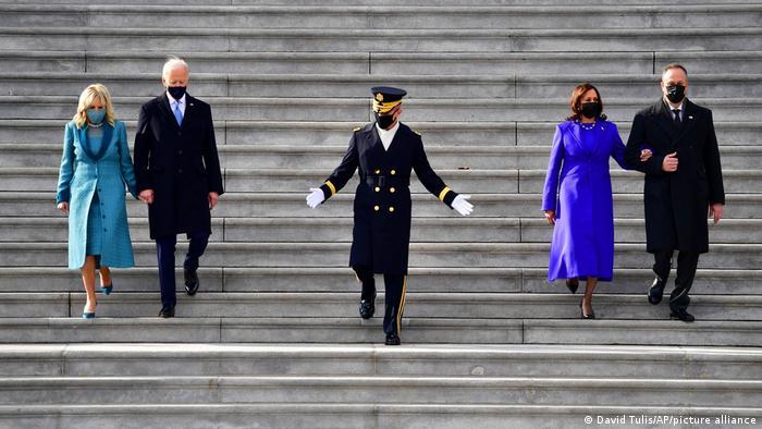 Joe Biden und Kamala Harris auf den Treppenstufen des Kapitols mit ihren Partnern.