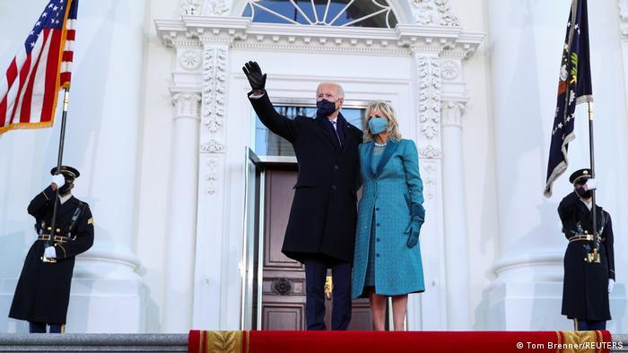 Joe Biden, Beyaz Saray'ın önünde eşi Jill Biden ile poz verdi.