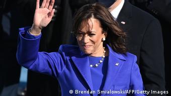 Kamala Harris winkt bei ihrer Inauguration