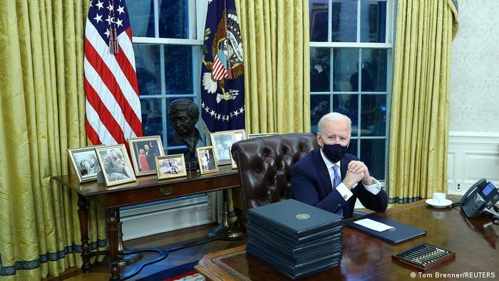 بایدن پس از ورودش به کاخ سفید کار خود را بلافاصله آغاز کرد. او نخستین روز کاری از جمله ۱۷ فرمان اجرایی به امضا رساند که در راستای لغو تصمیمهای ترامپ هستند.