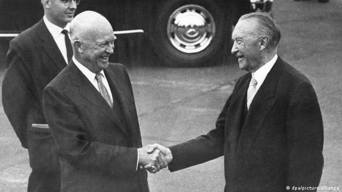 Президент США Дуайт Д. Эйзенхауэр и первый федеральный канцлер ФРГ Конрад Аденауэр в Бонне