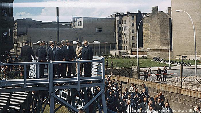 Президент США Джон Ф. Кеннеди у Берлинской стены