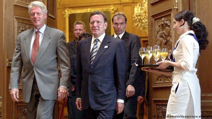 Президент США Билл Клинтон и канцлер Германии Герхард Шрёдер во дворце Шарлоттенбург в Берлине