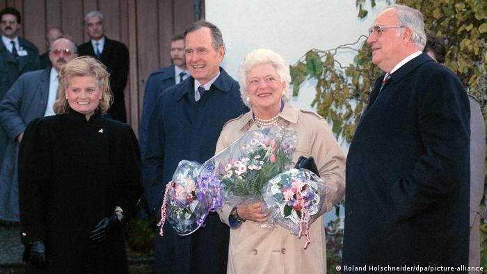 Президент США Джордж Буш с супругой Барбарой и канцлер ФРГ Гельмут Коль с супругой Ханнелоре в Оггерсхайме