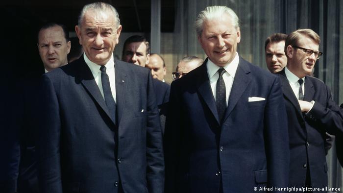Президент США Линдон Б. Джонсон и канцлер ФРГ Курт Георг Кизингер в Бонне