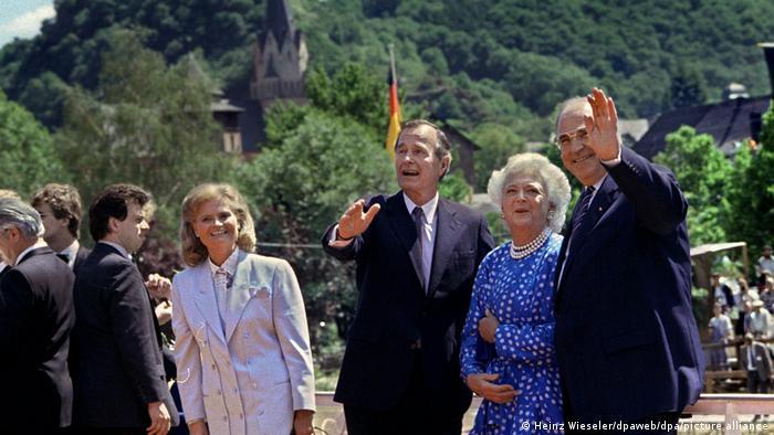 Президент США Джордж Буш с супругой Барбарой и канцлер ФРГ Гельмут Коль с супругой Ханнелоре