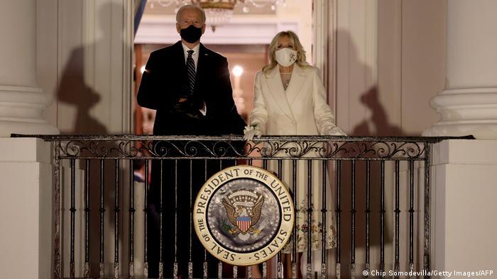 جو بایدن و همسرش جیل در بالکن کاخ سفید به هنگام تماشای مراسم آتشبازی که به مناسبت ورود آنها به کاخ سفید ترتیب داده شده بود.