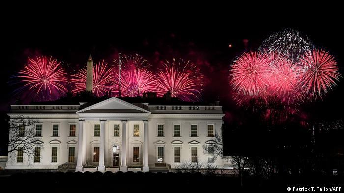 تصوری از مراسم آتشبازی که پس از ورود جو بایدن و همسرش به کاخ سفید آمریکا انجام گرفت.