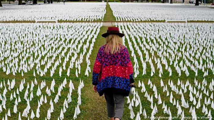 Banderillas blancas en conmemoración de los más de 400.000 fallecidos por coronavirus.