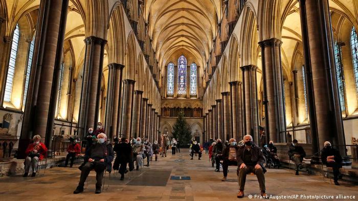 Ljudi u katedrali u Solsberiju u Engleskoj sede nakon što su primili vakcinu Bajontek-Fajzer. Ovo je drugi put da se ta katedrala koristi i kao mesto za primarnu zdravstvenu zaštitu.