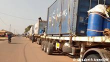 LKW stecken an der Grenze zwischen Zentralafrika und Kamerun fest