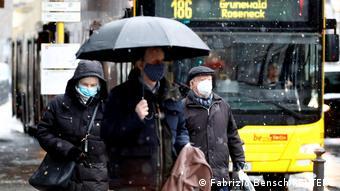 Прохожие в защитных масках в Берлине