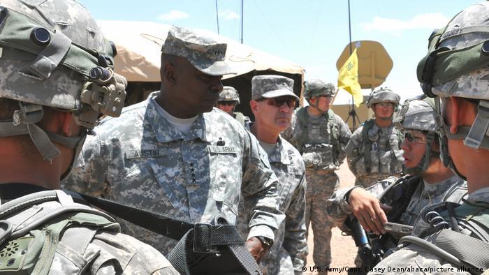 جنرال لوید آیستین در جمع سربازان ایالات متحده امریکا